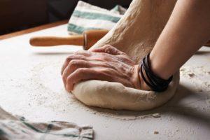 moudre le grain et pétrire la pâte